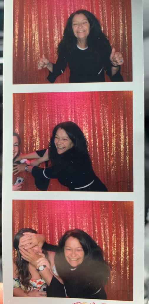Ma maman et moi sommes allés à un mariage avec un photomaton.