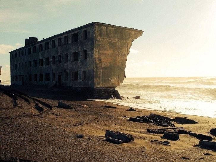 4. Petit à petit la mer grignote la roche et en refait du sable - 21 trends