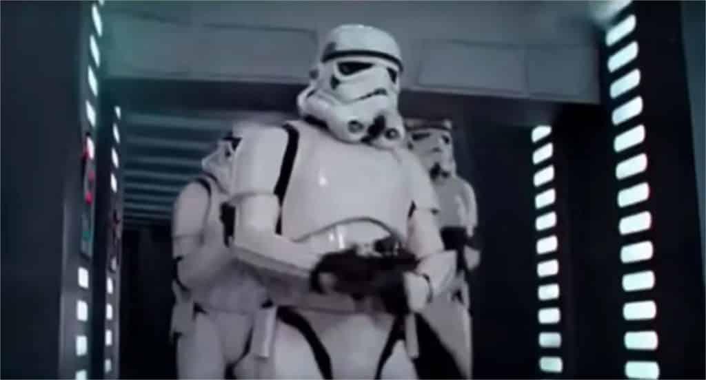 21 Trends - Le stormtrooper cogne sa tête contre la porte